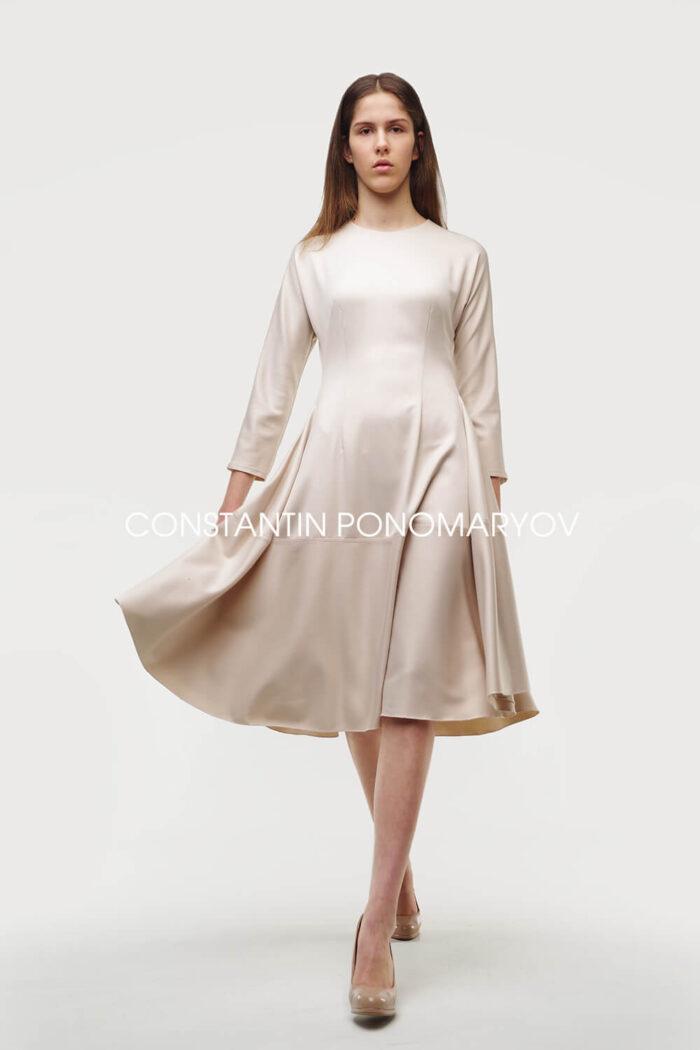 Платье Constantin Ponomaryov приталенного силуэта и расклешенным от талии низом.